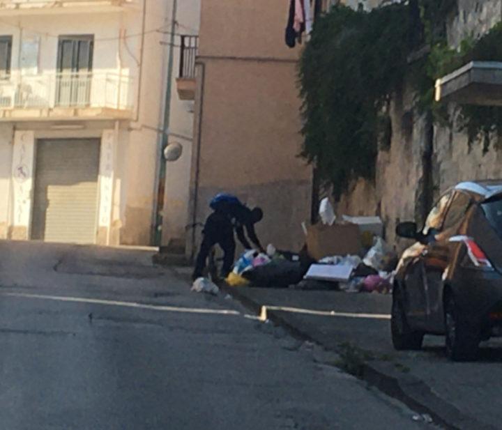 Eboli, il quadrilatero della spazzatura nel cuore della città