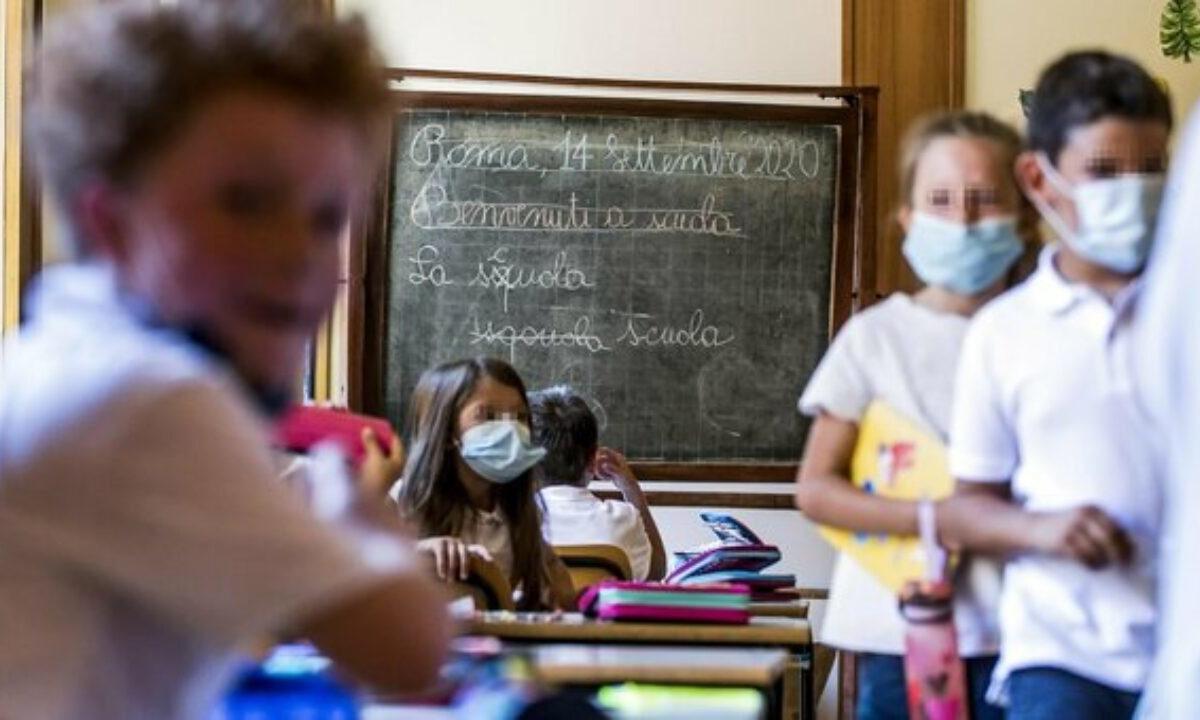 Campania, le scuole restano chiuse e rientro a casa entro le 23